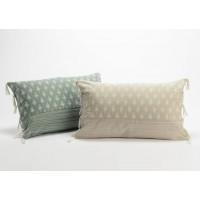 Cojín algodón con relleno manchitas blancas con borlas tela 2 colores 30x50 cm