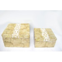 Caja con tapa cuadrada nácar pequeña beige con decoración en blanco 15x15xh8cm