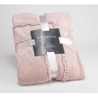 Manta muy suave al tacto, en color rosa claro. Ideal para tu sillón o para un pie de cama.
