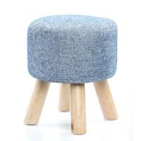 Taburetes redondos con patas de madera y textil en color azul jaspeado. Medidas: 30cm de diámetro y 35cm de alto.