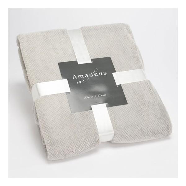 Manta plaid con tacto terciopelo, muy suave en color gris claro. Ideal para un sillón o para los pies de cama.